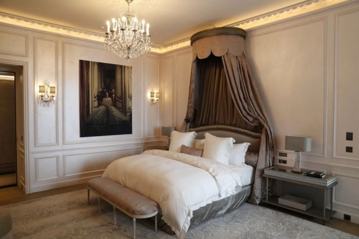 The bedroom of a fancy hotel room