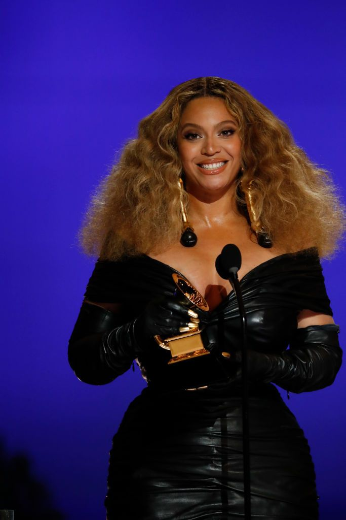 Beyonce holding her award at the 63rd Grammy awards